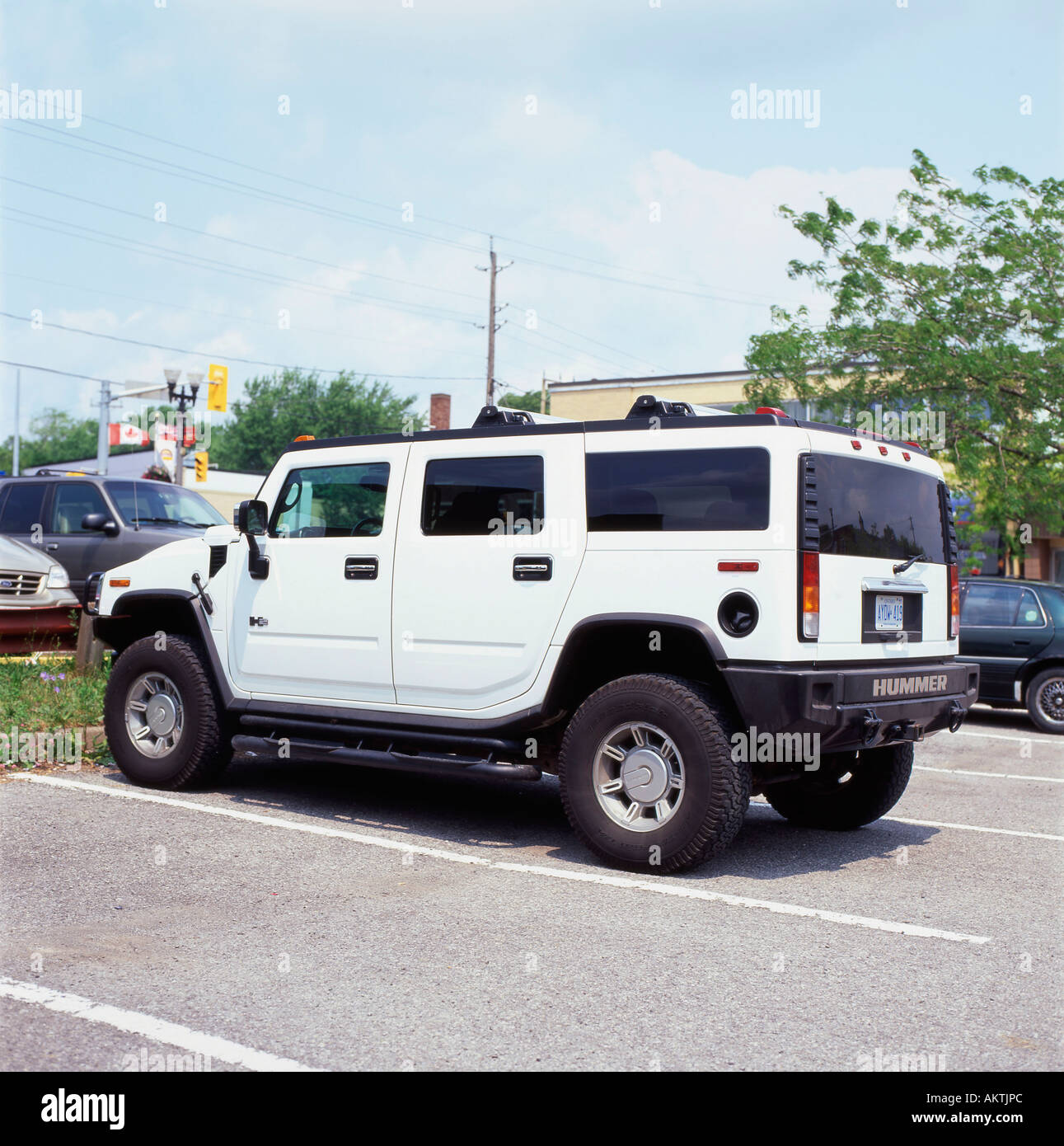Side view of a white Hummer vehicle in a parking lot in ... | hummer in canada