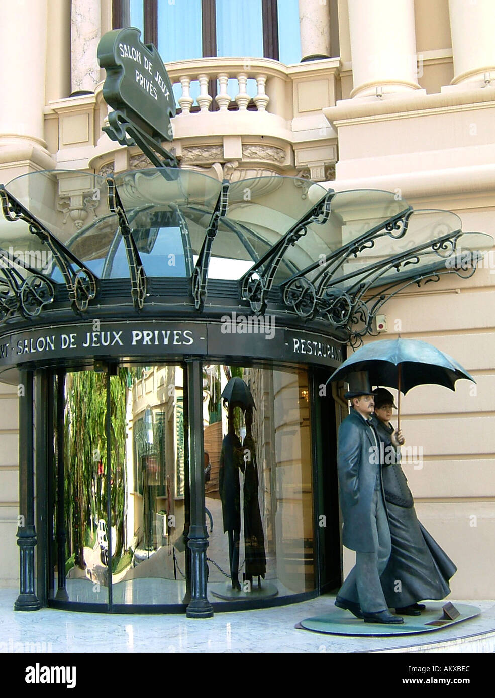 Private VIP entrance to the Casino of Monte Carlo Monaco with life size sculpted people in 19th century dress - Stock Image