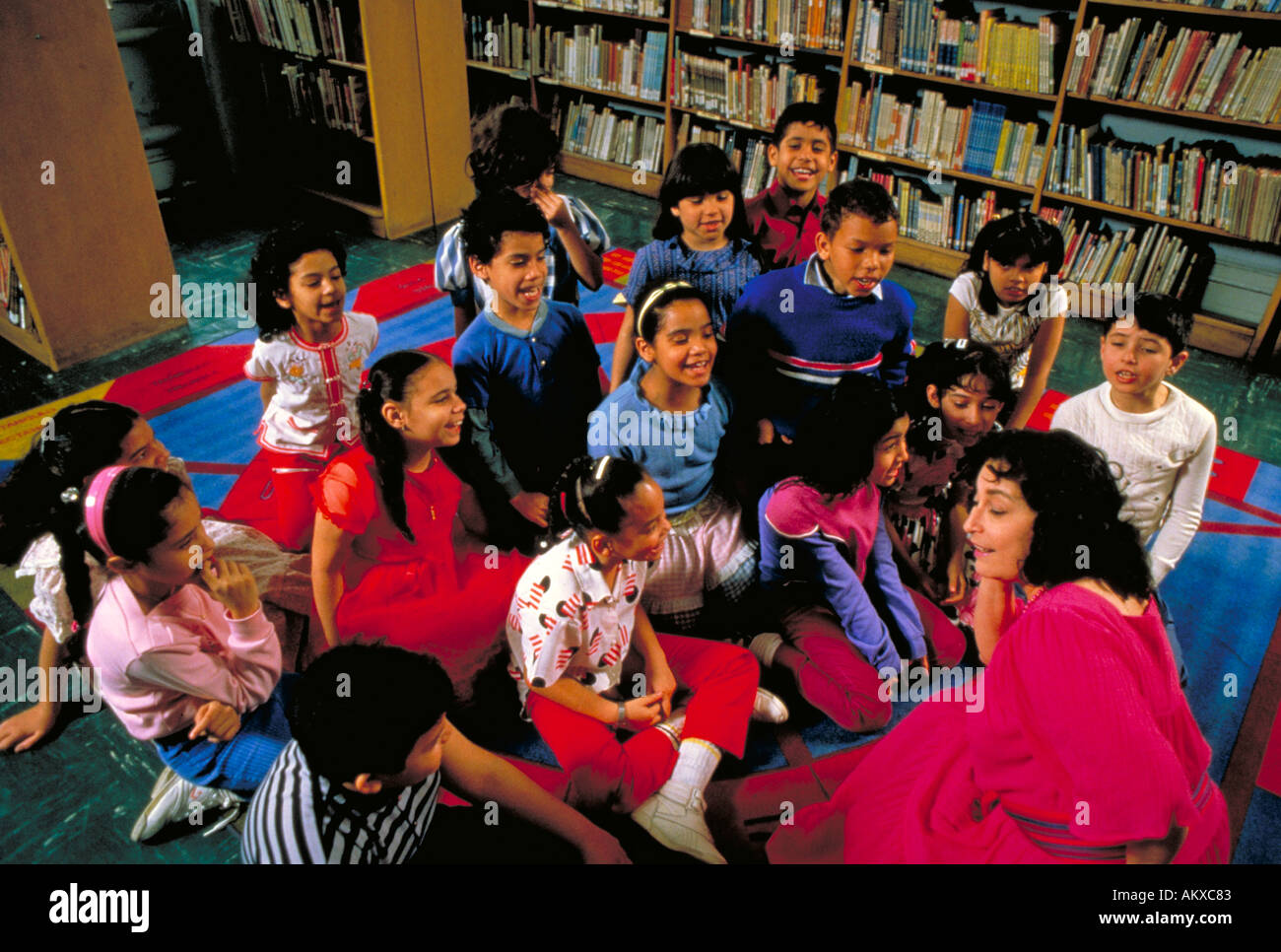 THIRD GRADE CLASS IN SPANISH HARLEM REPEATS A POEM FOR THEIR TEACHER THIRD GRADE CLASS and TEACHER, NEW YORK - Stock Image