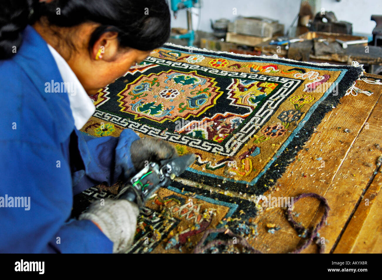 Overlaying material is cut off, carpet manufacture, Shigatse, Tibet, Asia - Stock Image
