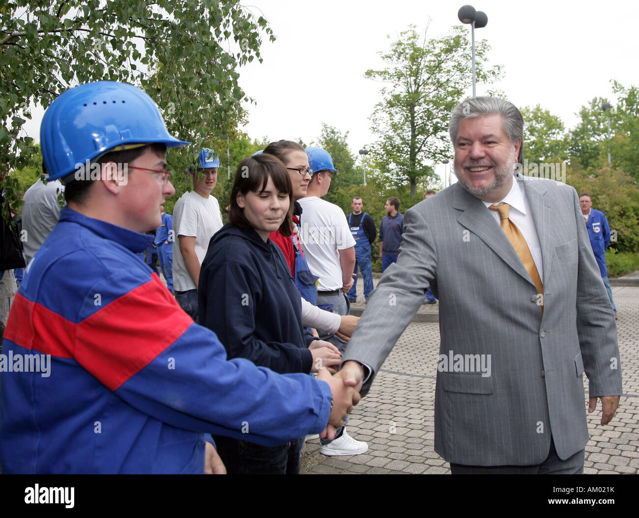 Kurt Beck, prime minister in rhineland-palatinate and SPD Chairman, shaking hands with trainees - Stock Image