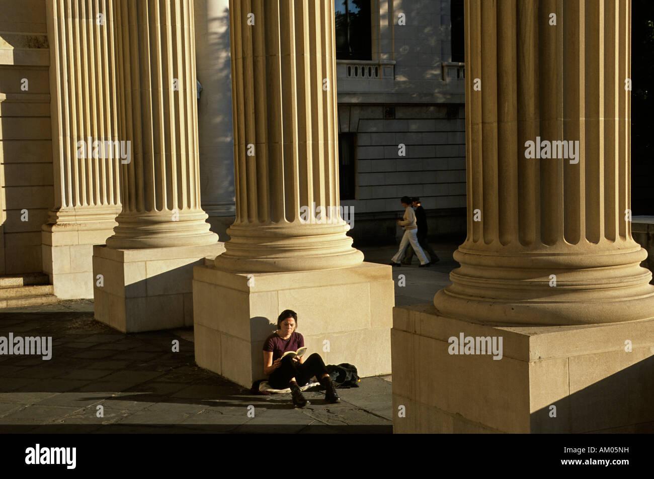 Reader sits against Alumni War Memorial in Hewitt Quad at Yale. Part of Alumni War Memorial - Stock Image