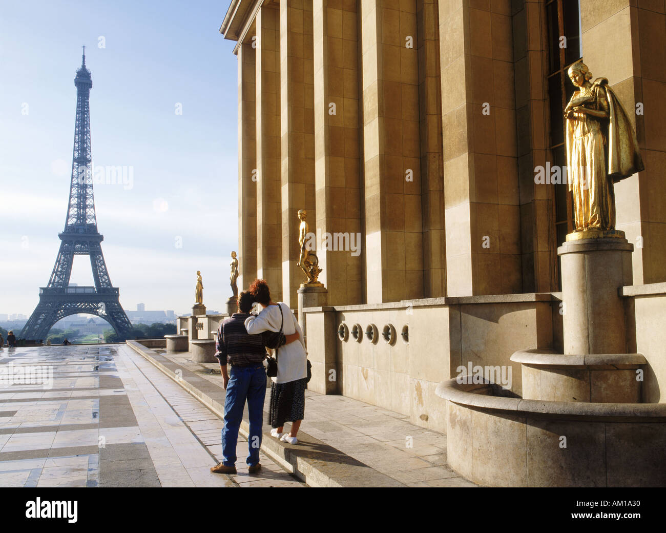 Couple at Palais Chaillot with Golden Figurines and Eiffel Tower - Stock Image