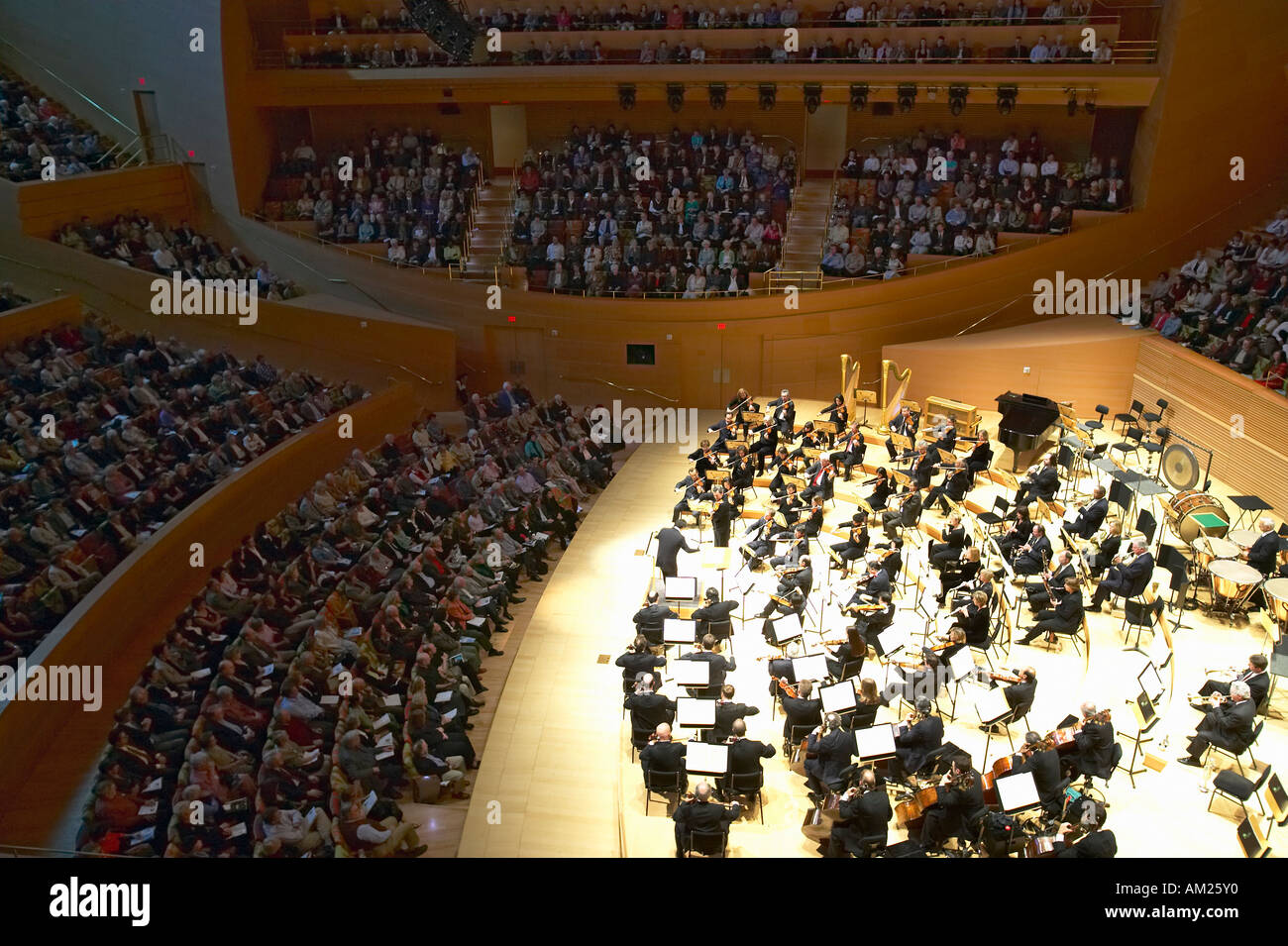 The Los Angeles Philharmonic orchestra performing at the new Disney Concert Hall designed by Frank Gehry - Stock Image