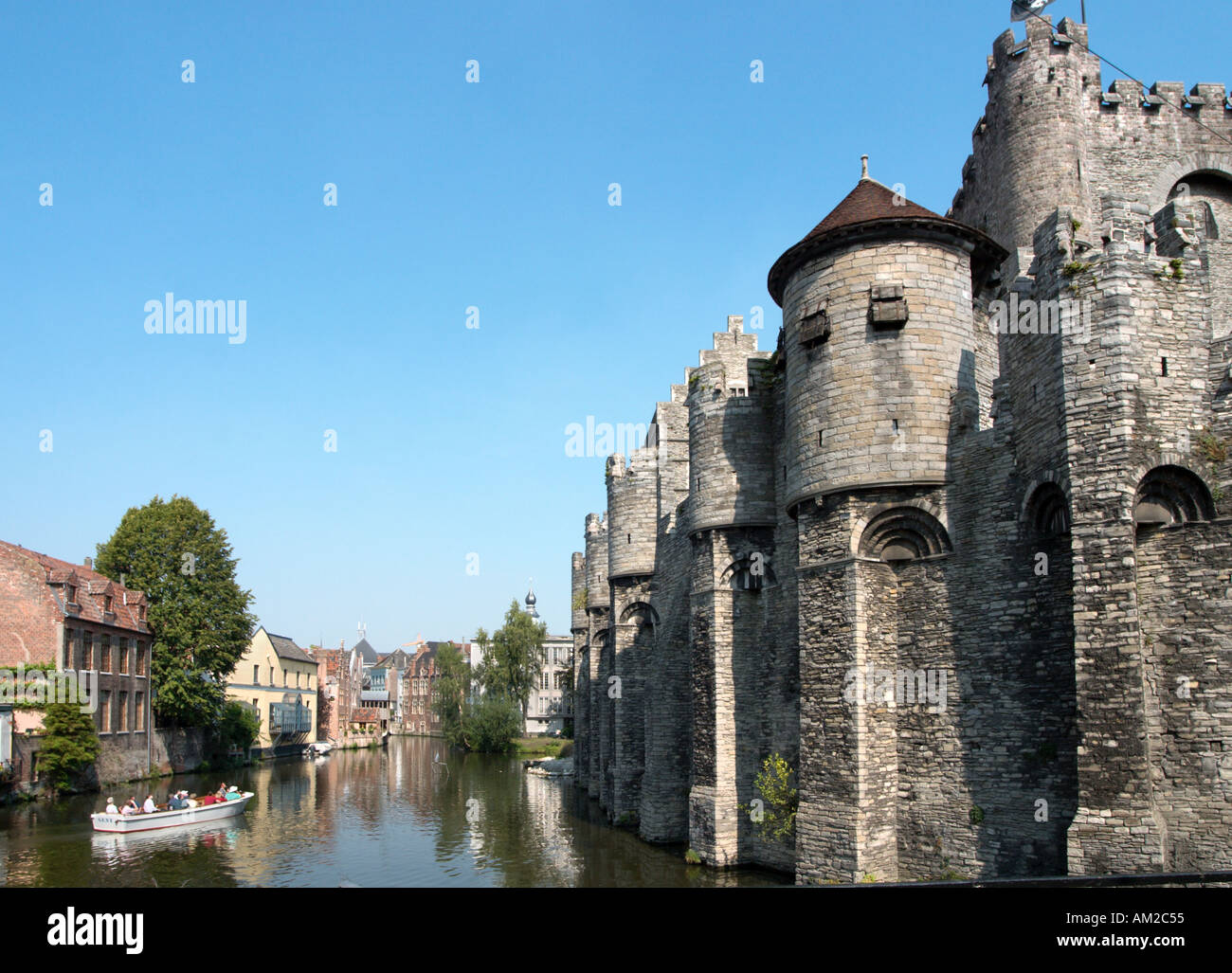 Gravensteen and excursion boat on the Lieve Canal, Ghent, Belgium - Stock Image