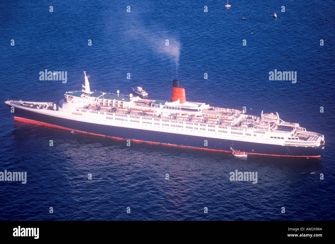 The QE2 sails into New York Harbor for the Statue of Liberty centennial celebration July 4 1986 - Stock Image