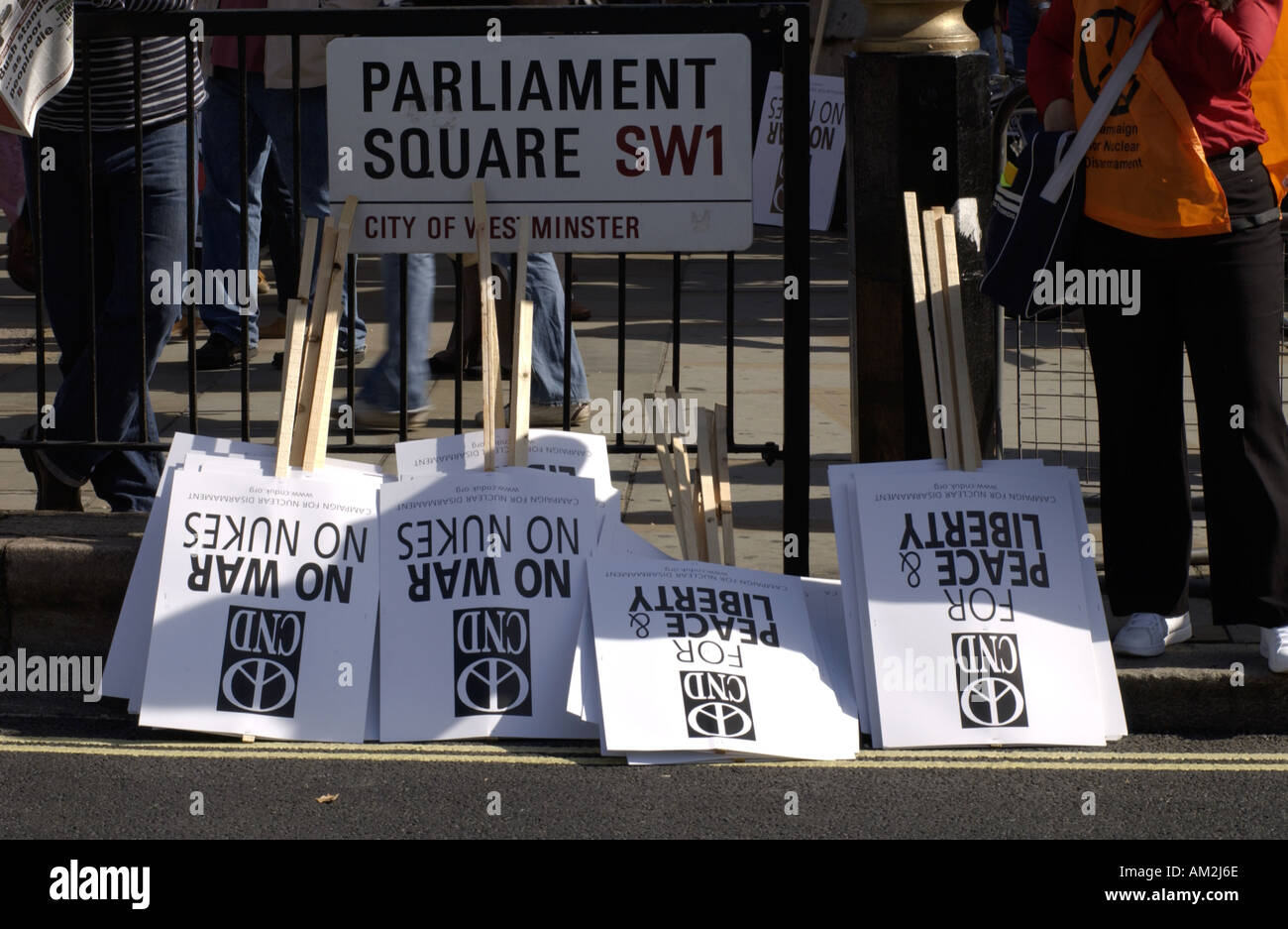 CND PLACARDS IN PARLIAMENT SQUARE LONDON John Robertson 24 09 2005 - Stock Image