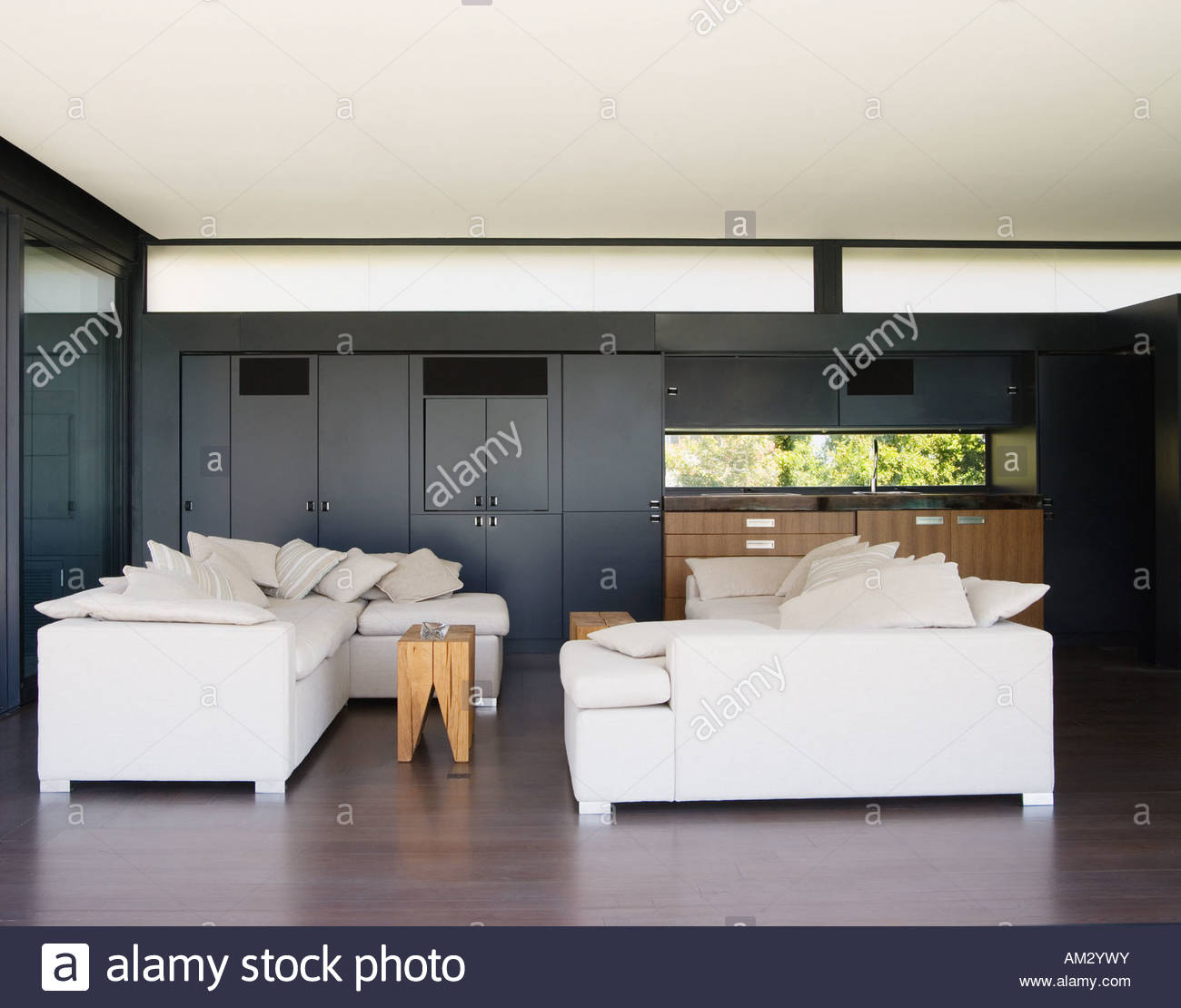 Modern living room with wet bar - Stock Image