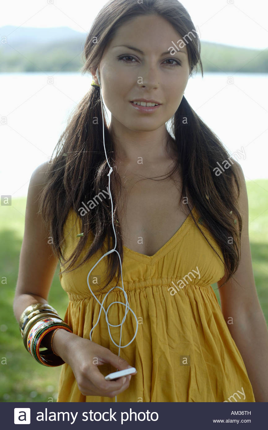 Woman with MP3 player outdoors - Stock Image