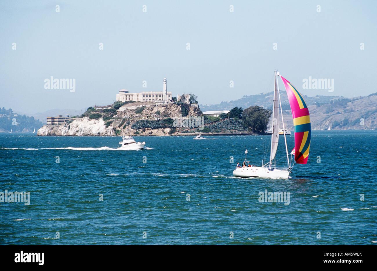 Yacht sailing near Alcatraz, off the San Francisco coast, San Francisco, California, USA - Stock Image