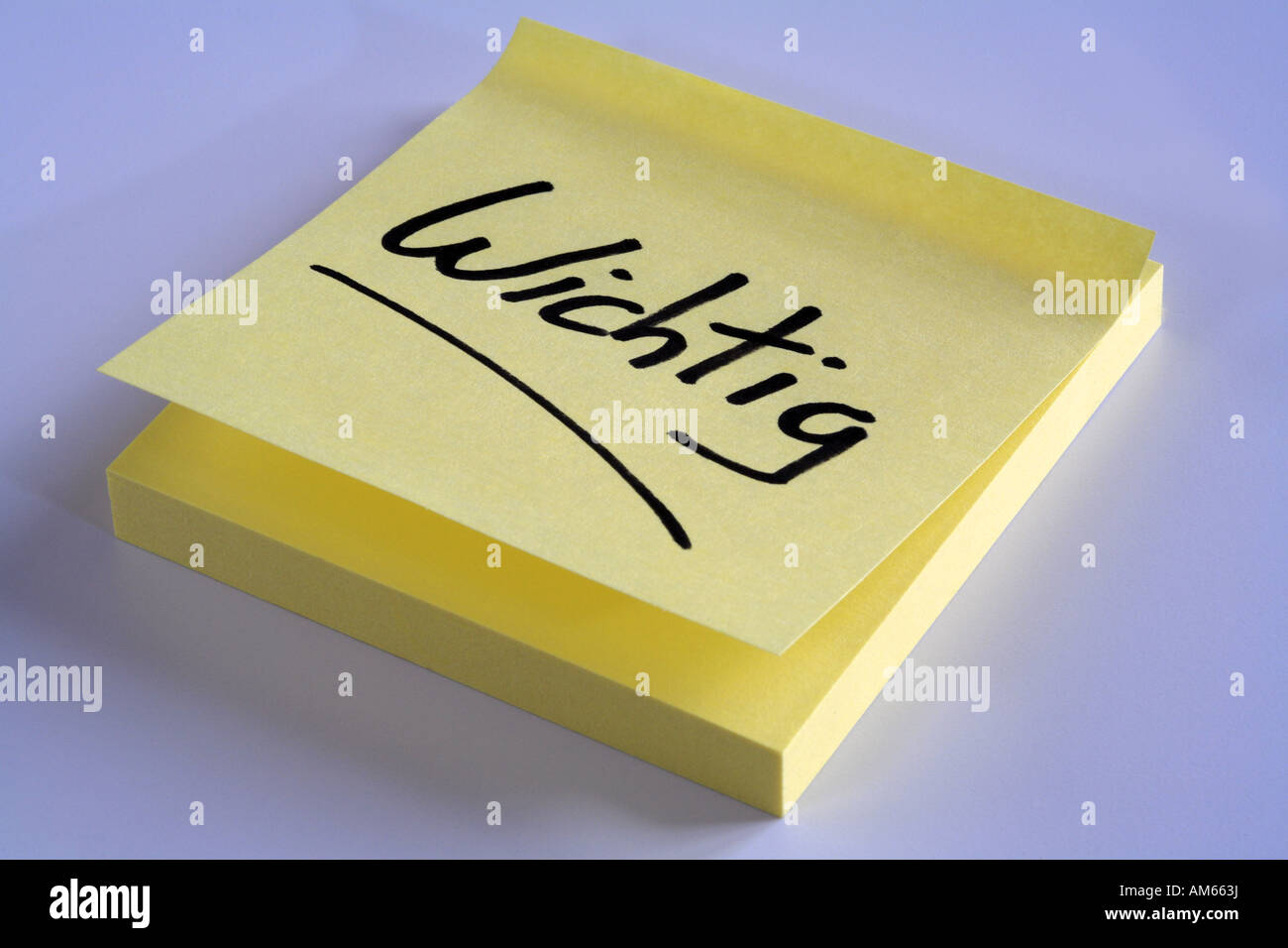 Yellow reminder note 'Wichtig' (important) - Stock Image