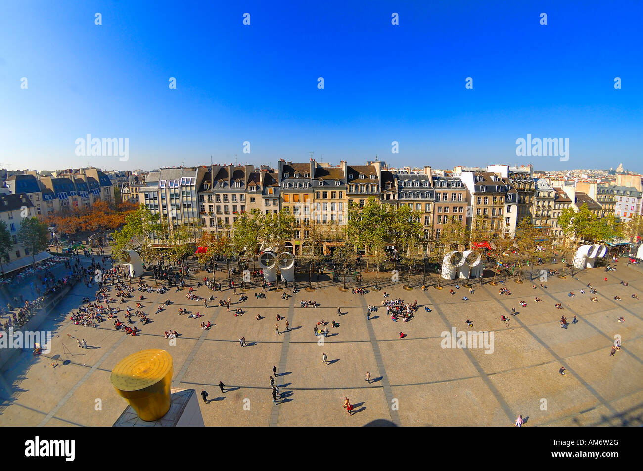 The piazza in front of the Pompidou Centre with its many street performers and other entertainments is very popular - Stock Image