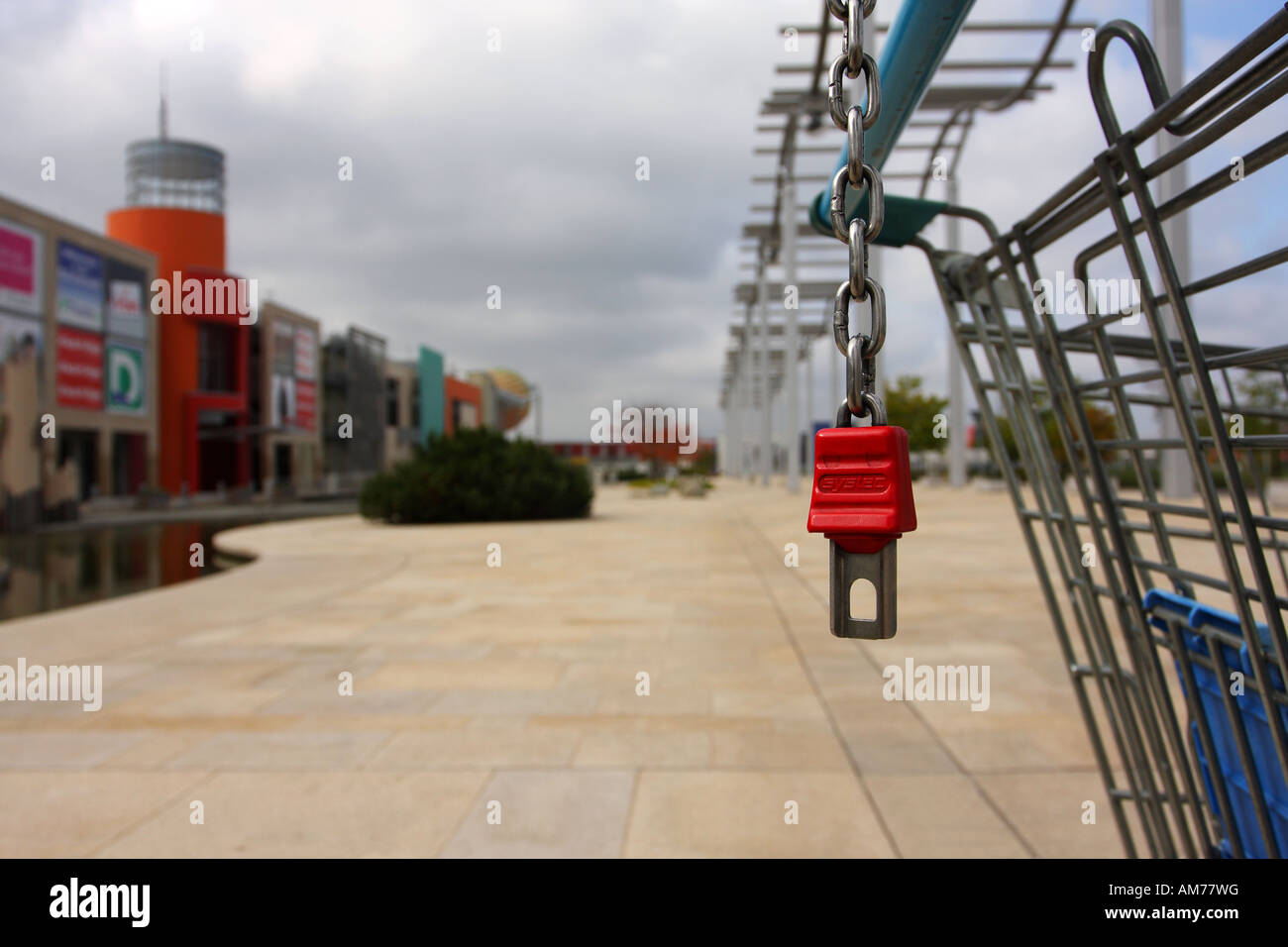 Red lock of a shopping trolley - Stock Image