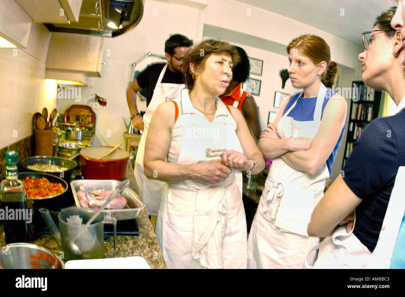 Education PARIS FRANCE American Students in Cooking class 'Promenades Gourmandes' with Instructor 'Paule Caillat' Teacher - Stock Image