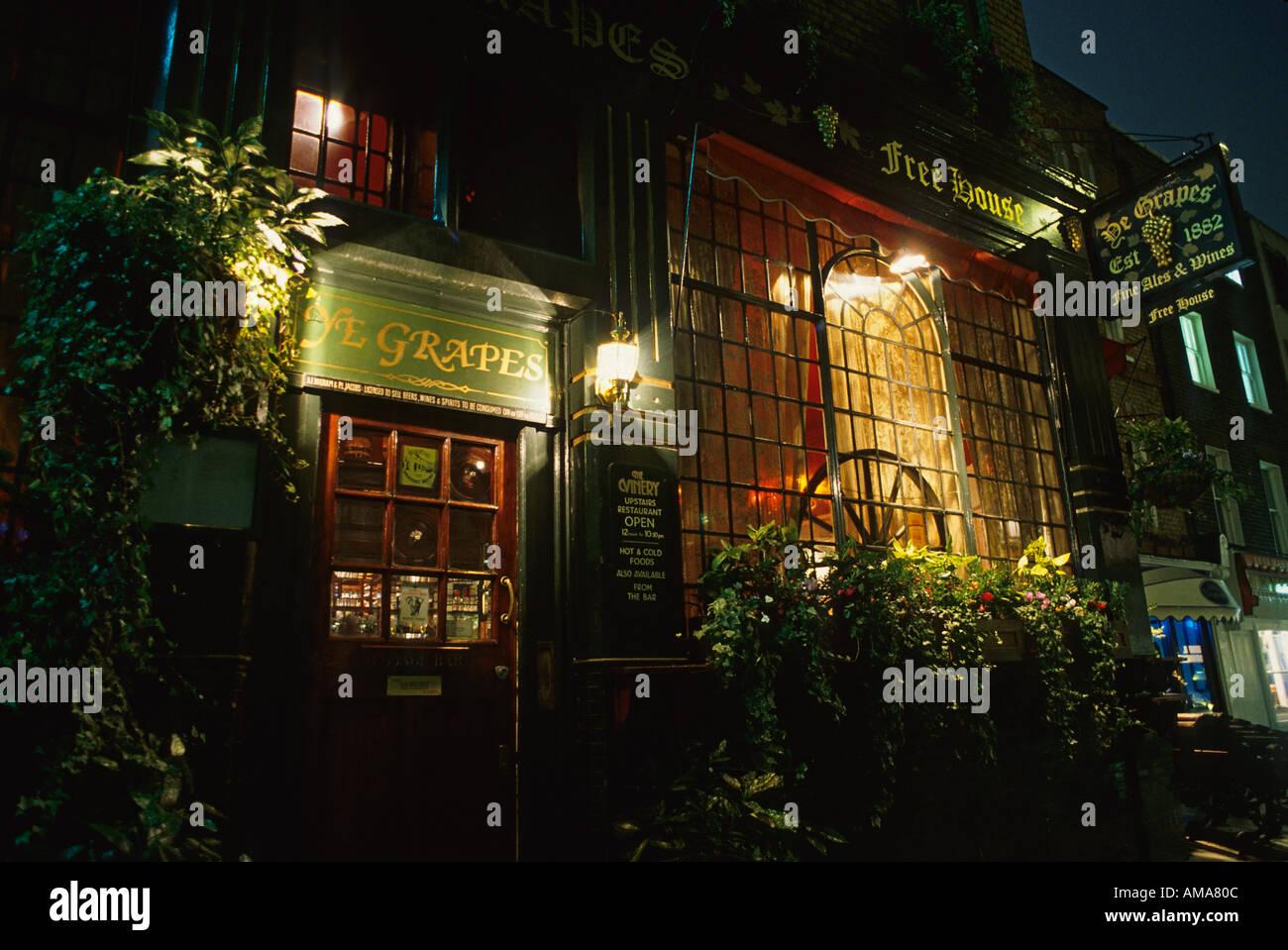England London Mayfair Shepherd Market Ye Grapes pub exterior night - Stock Image