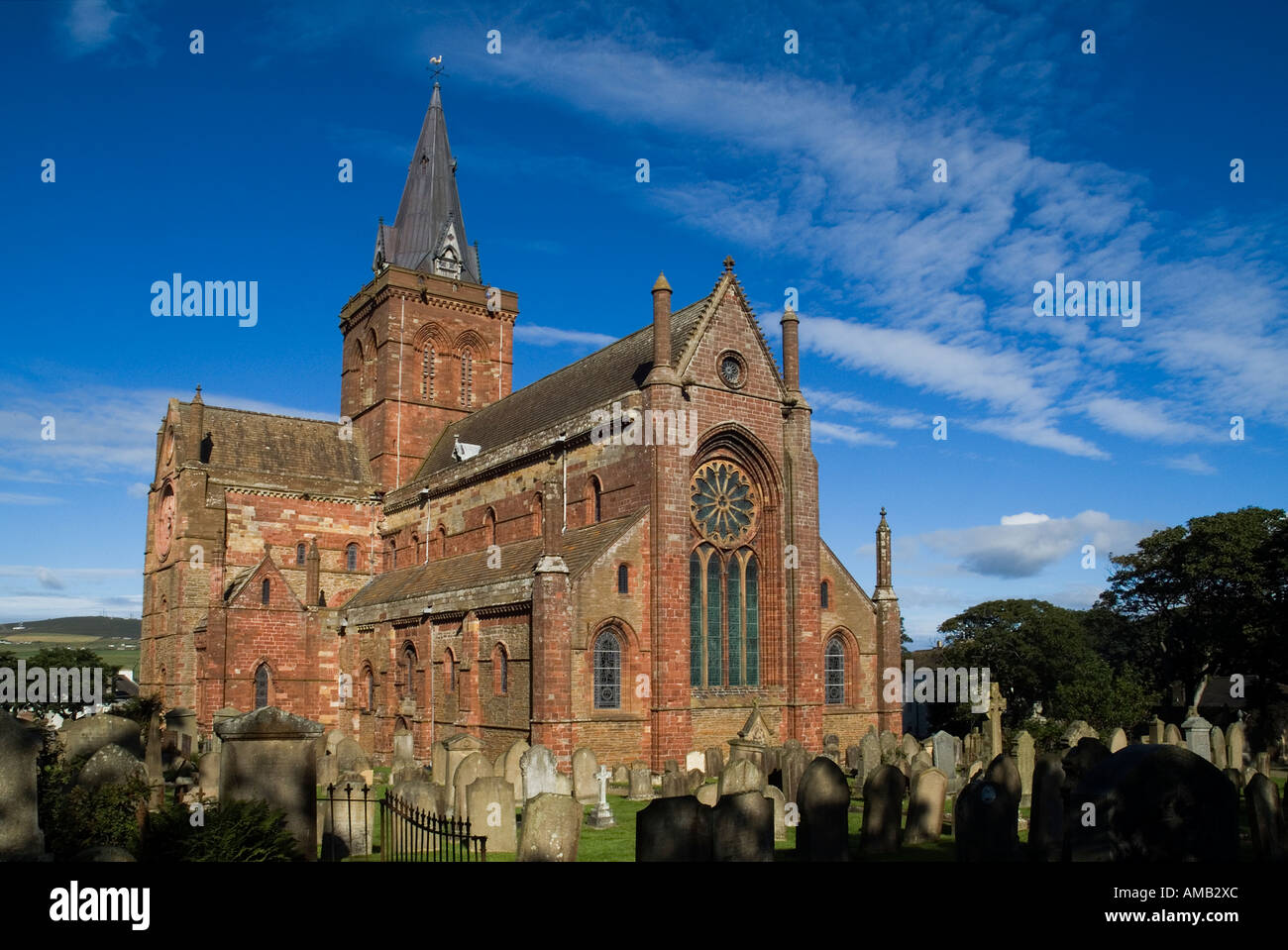 dh St Magnus Cathedral KIRKWALL ORKNEY Eastside of cathedral and Graveyard Stock Photo
