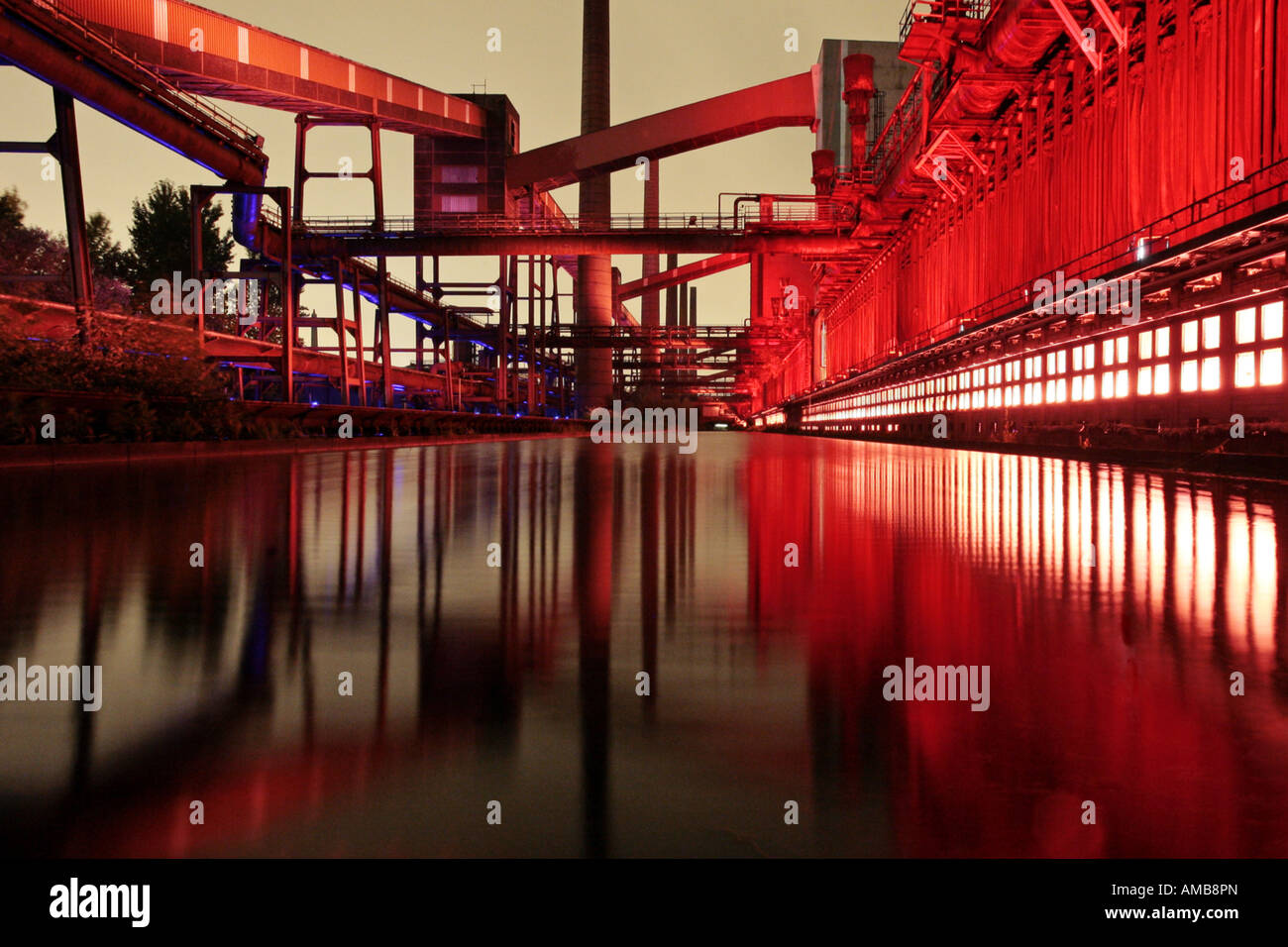 spectacular illuminated coking plant Zollverein at night, Germany, North Rhine-Westphalia, Ruhr Area, Essen-Katernberg - Stock Image