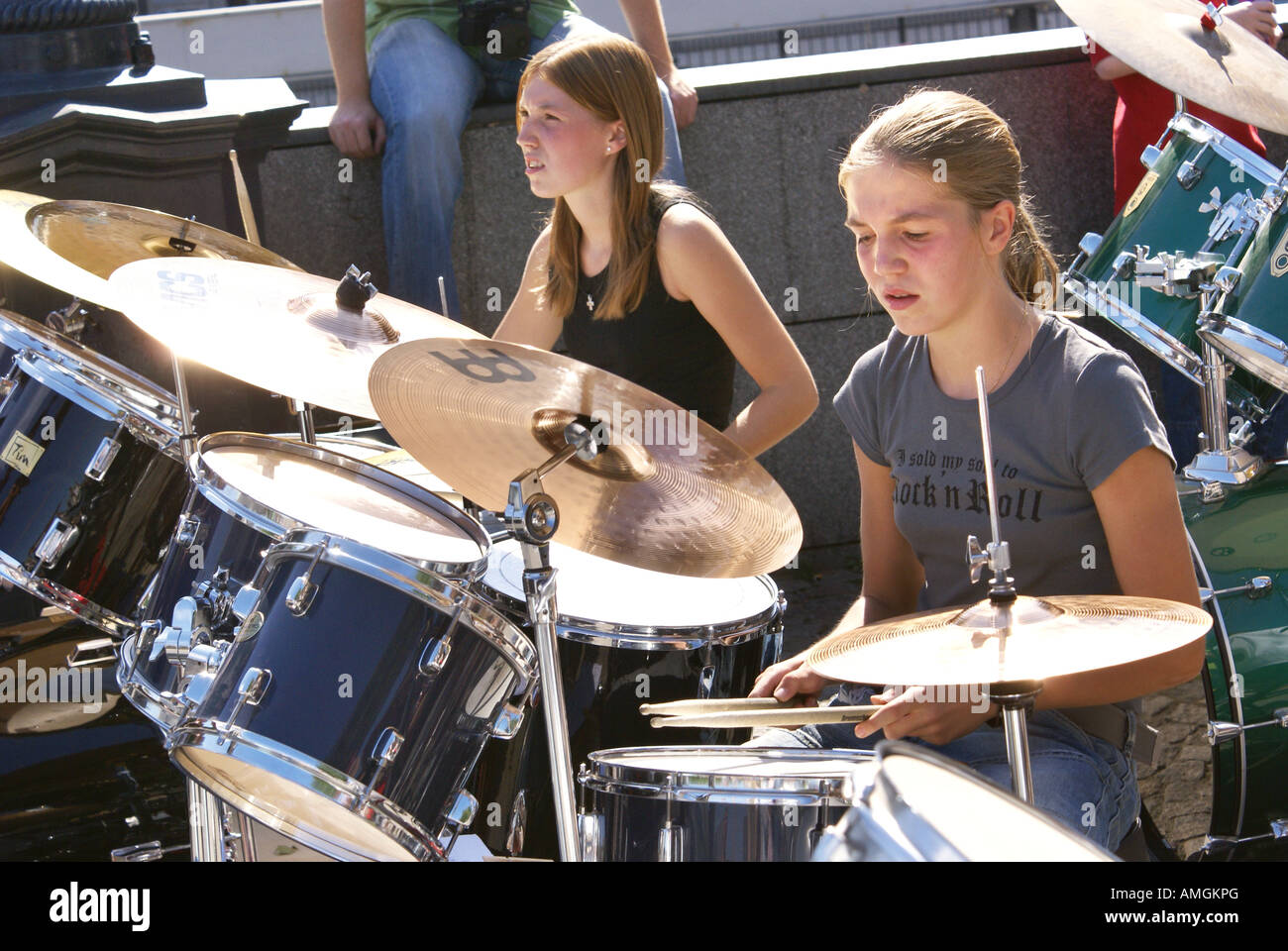 girl playing drums - HD 1300×960