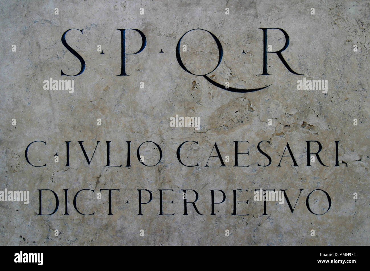 Engraved words on the plaque of the julius caesar statue - Stock Image