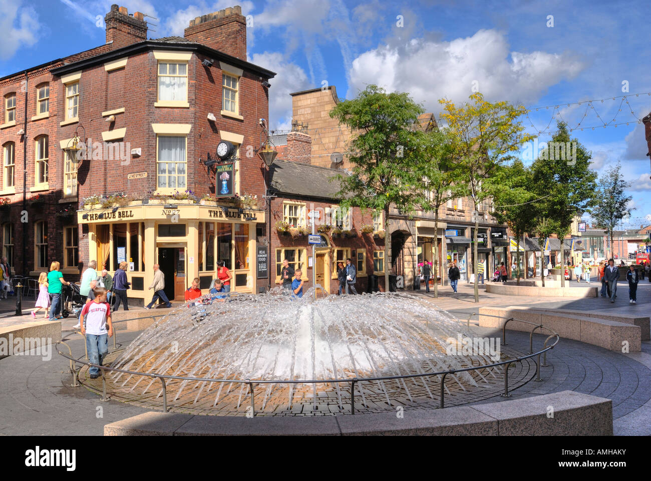 Historic Bluebell Inn, Horsemarket Street in Warrington town centre with fountain in forground - Stock Image