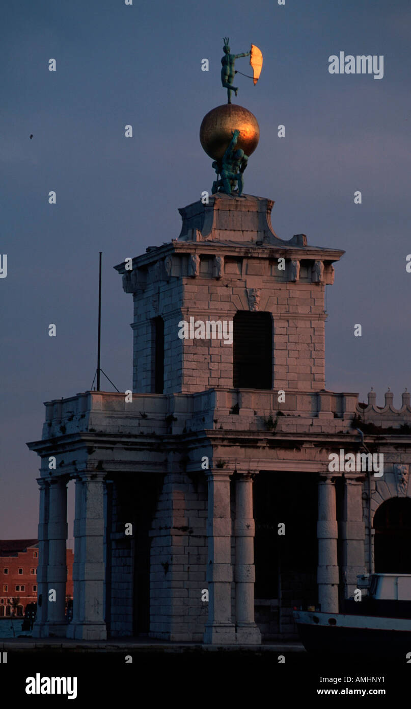 Venedig, Stadtteil Dorsoduro, Dogana da Mar, ehemaliges Zollamt, Turmbau, Atlanten mit vergoldeter Weltkugel mit - Stock Image