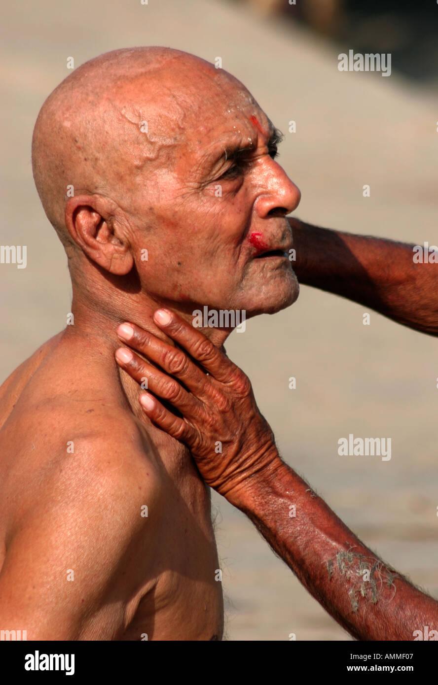 a barber in varanasi - Stock Image