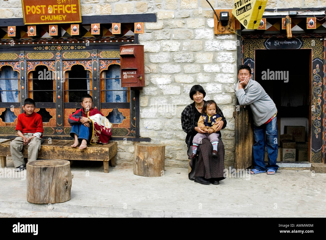 Family in front of Chumey's Post Office in the Bumthang province, Bhutan - Stock Image