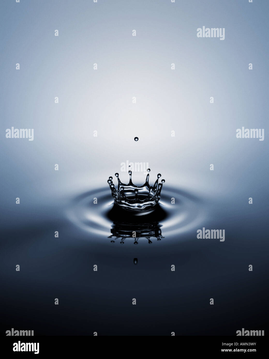 A ripple of water in a crown shape - Stock Image