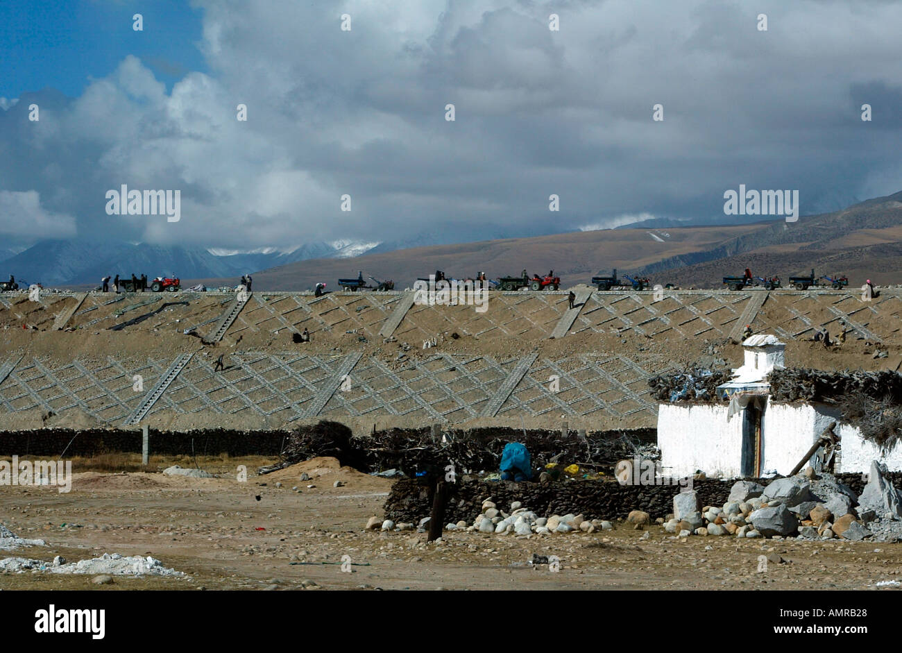 Workers on embankment building the 1200 mile Qinghai Tibetan railway linking the main part of China with remote Lhasa - Stock Image