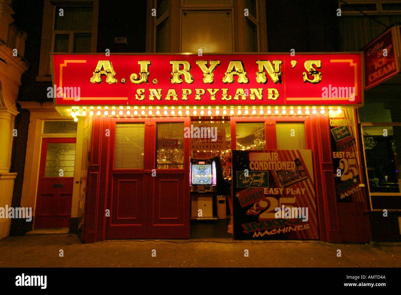 amusement arcade night time shop front - Stock Image