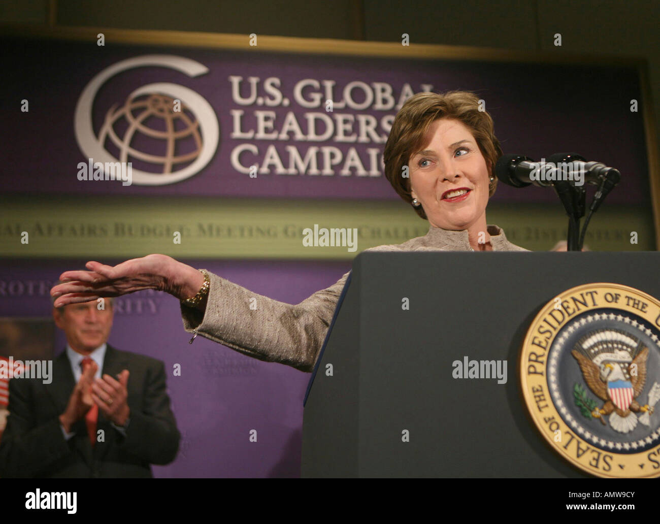 First Lady Laura Bush acknowledges applause before introducing President George W Bush - Stock Image