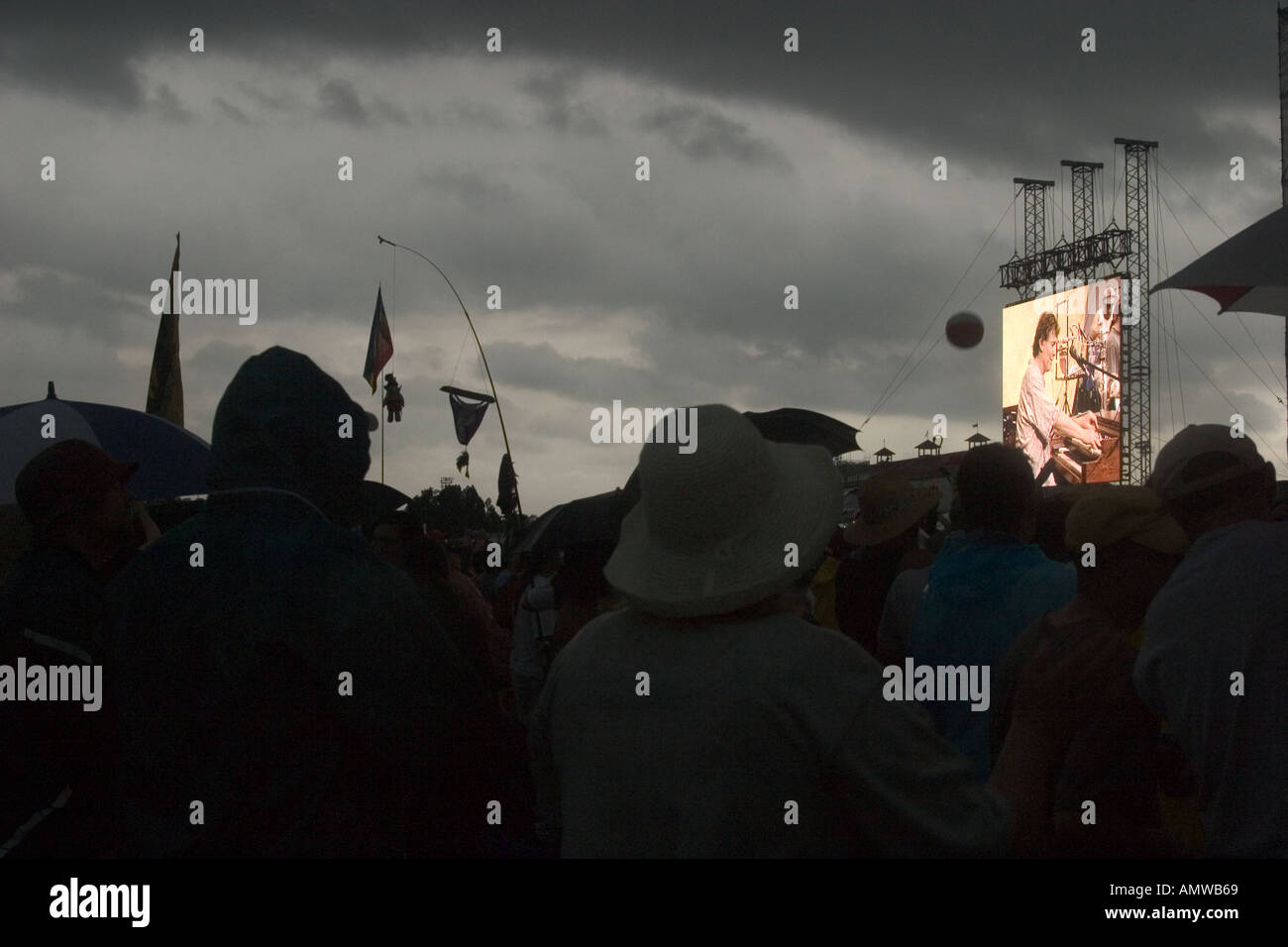 Steve Winwood performing in a storm at the 2004 New Orleans Jazz and Heritage Festival - Stock Image