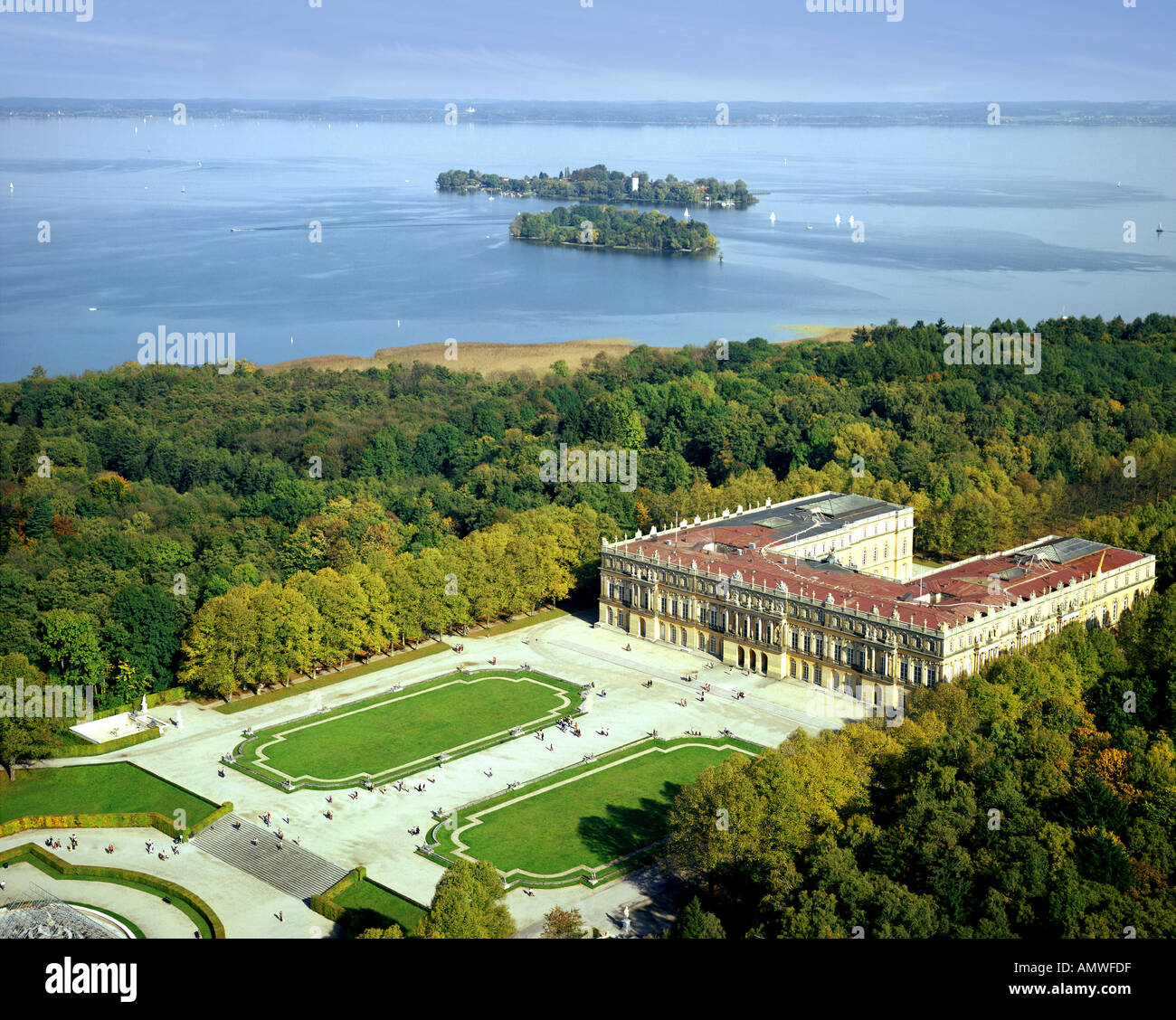 DE - BAVARIA: Herrenchiemsee Castle and Lake Chiemsee - Stock Image