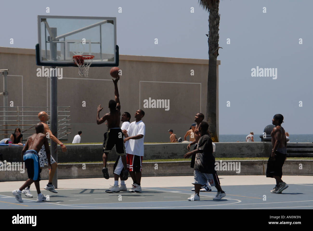 Local guys playing basketball at Venice Beach, California, USA. - Stock Image