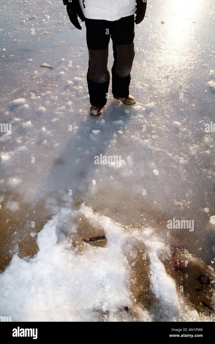 Spaß im Schnee Hamburg Stadtpark junge Frau mitte Dreißig tobt im Schnee MR - Stock Image