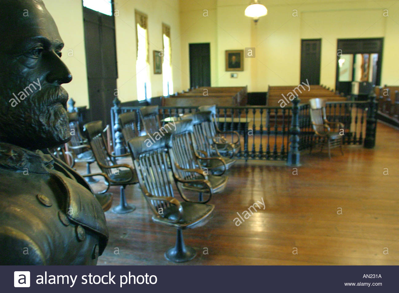 Mississippi Vicksburg The Old Court House Museum Robert E. Lee bust courtroom - Stock Image