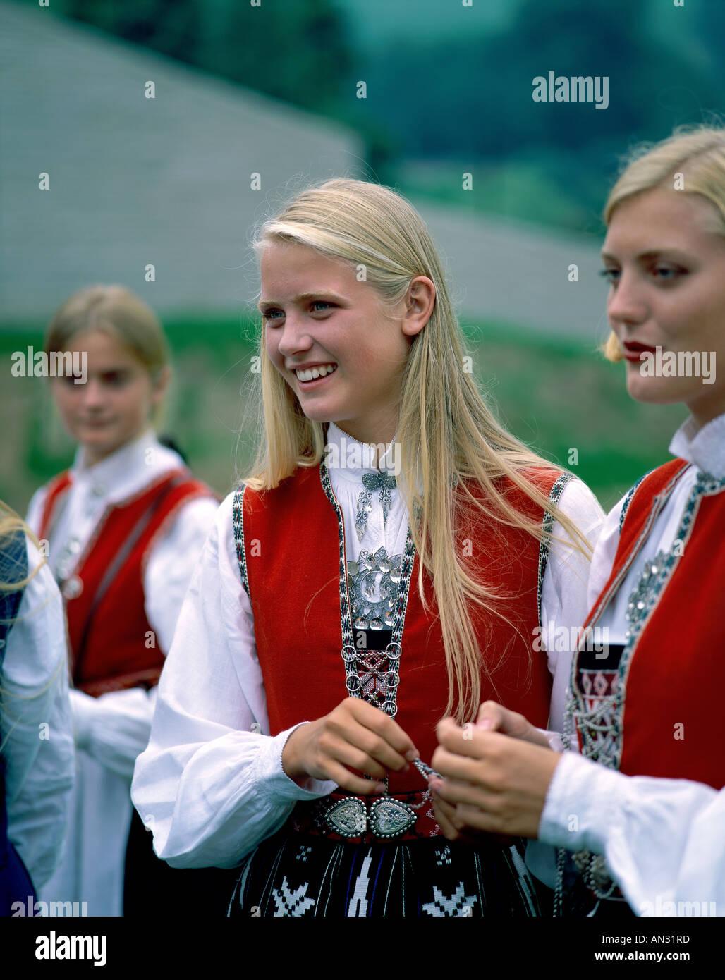 Kandidatkinja s liste Desne lige : Otkako su muškarci ženama dali pravo glasa svijet je otišao kvragu Girl-dressed-in-traditional-norwegian-costume-norway-AN31RD