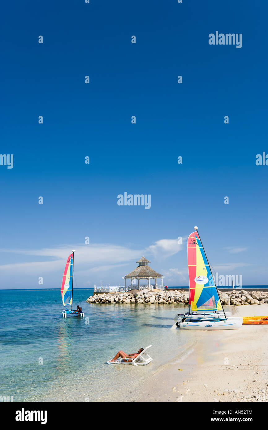 Beach outside 'Sunset Jamaica Grande' Hotel, Ocho Rios Bay, Ocho Rios, Jamaica, Caribbean, West Indies - Stock Image
