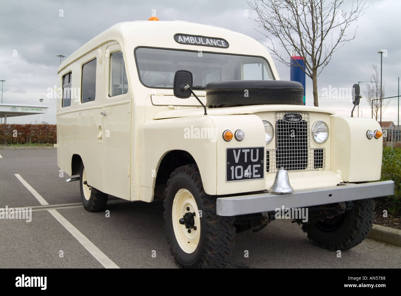 https://c8.alamy.com/comp/AN5788/classic-land-rover-ambulance-car-4-4-four-by-four-four-wheel-drive-AN5788.jpg