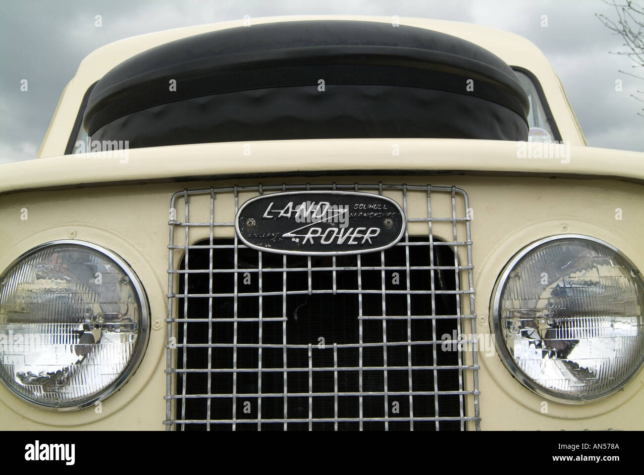 https://c8.alamy.com/comp/AN578A/classic-land-rover-ambulance-car-4-4-four-by-four-four-wheel-drive-AN578A.jpg