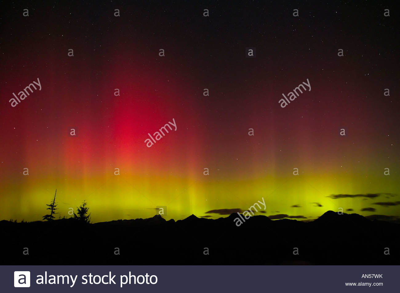 The northern lights (aurora borealis) dance over Three Fingers Mountain in Washington's Central Cascades in - Stock Image