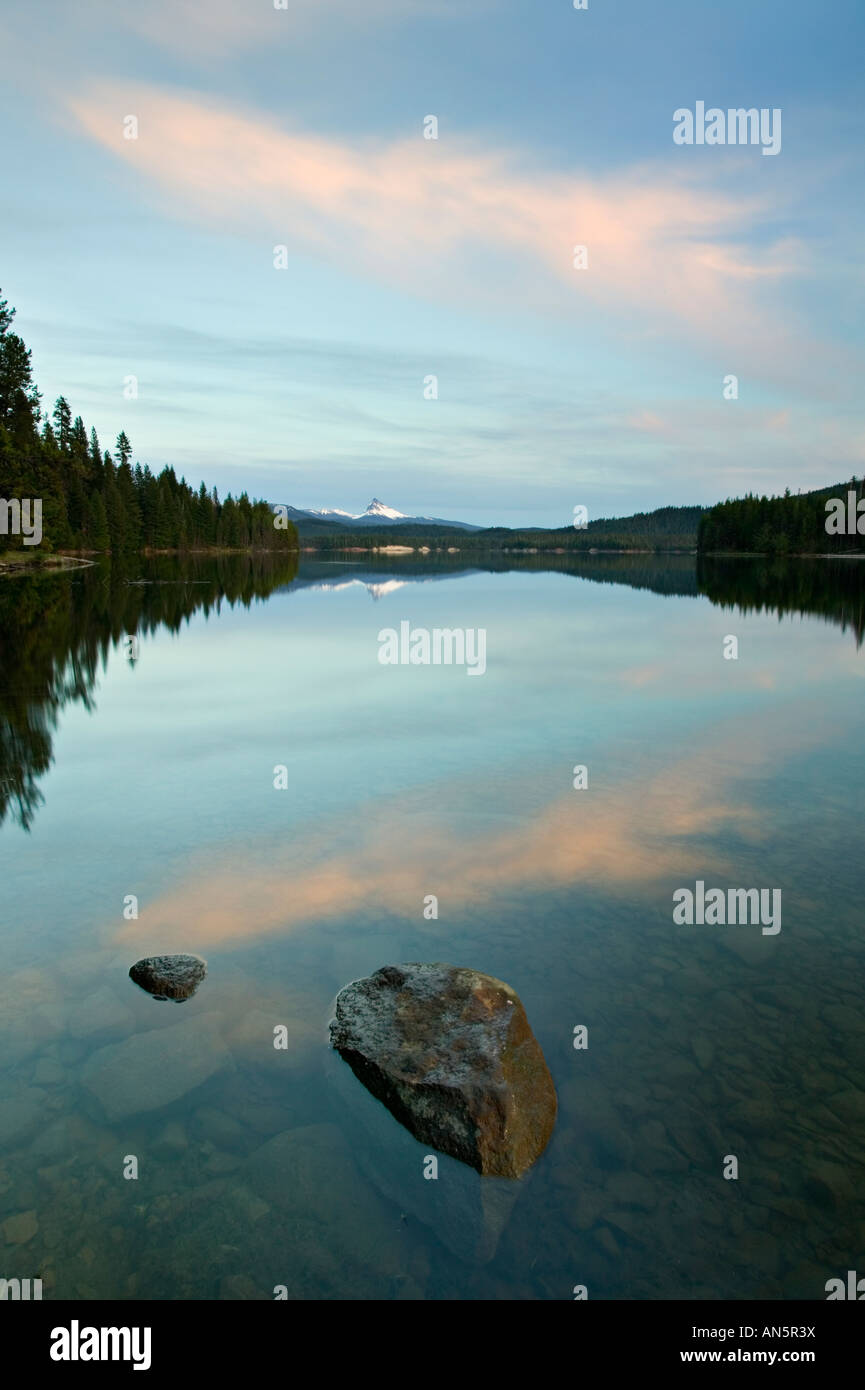 Mt. Thielsen reflected in lemolo lake at sunset - Stock Image
