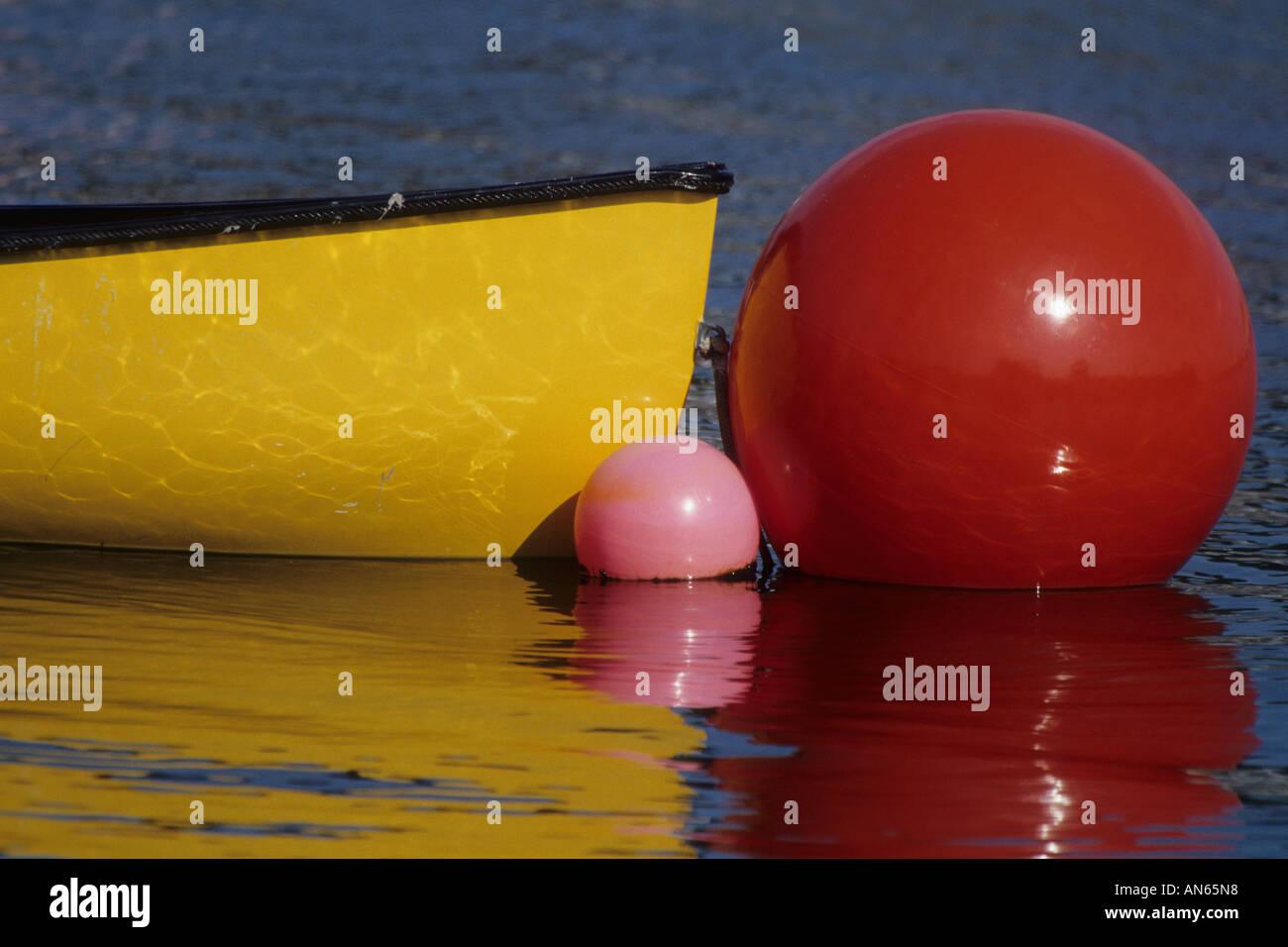 Maine USA Boje Boot Hafen Farben Wasser rot blau gelb Buoy boat ...