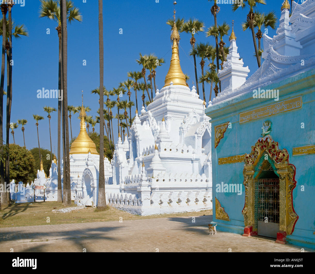 buddhistischer Tempel in Maderlay mit Palmen buddhistc temple in Manderlay with palms - Stock Image