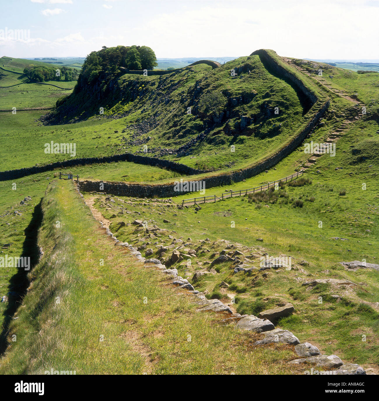 A section of Hadrian s Wall on Cuddy s Crag with a view to Housesteads Crag Northumberland National Park - Stock Image