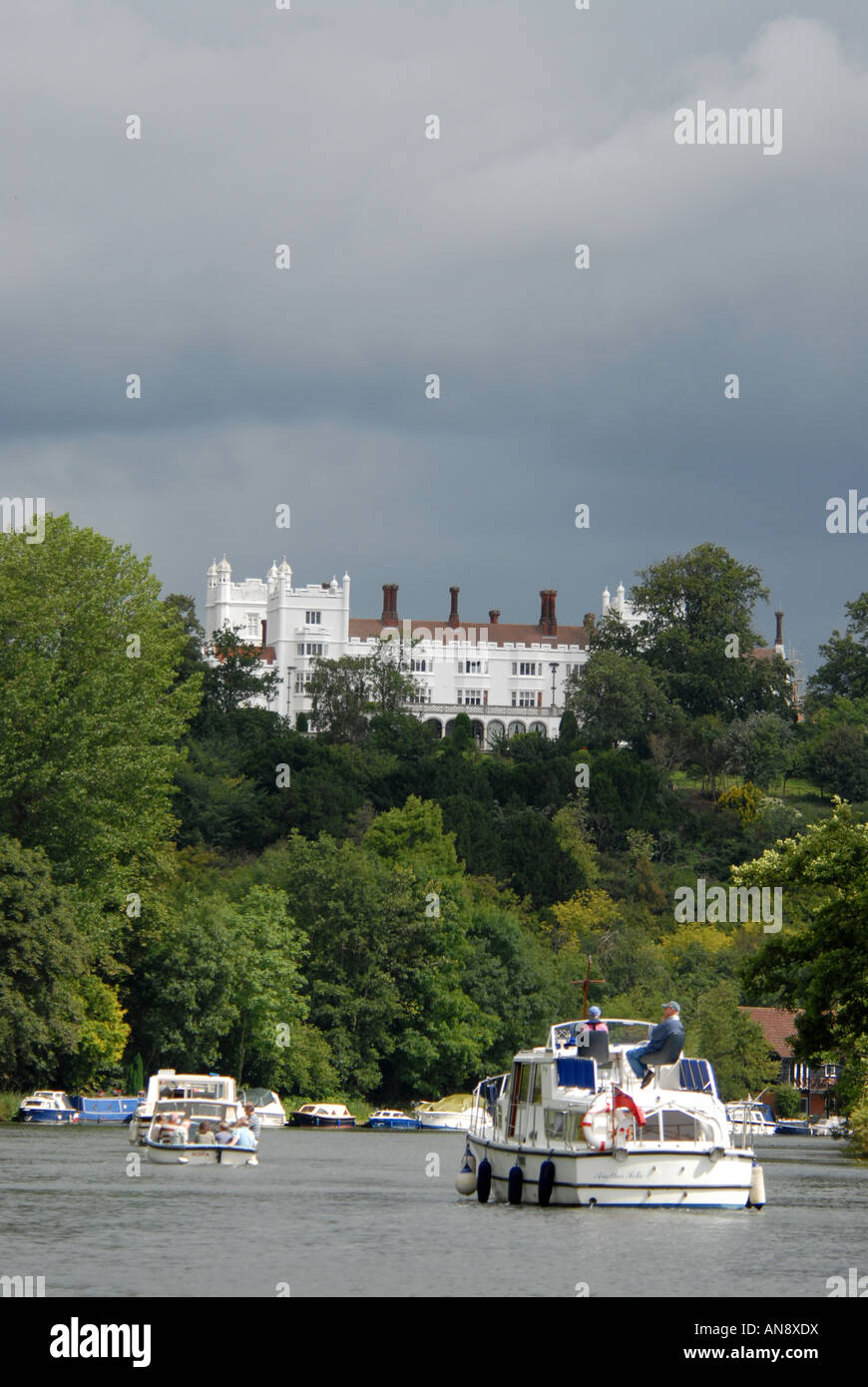 Overlooking the River Thames is the 18th century Danesfield House Hotel at Medmenham in Buckinghamshire Stock Photo