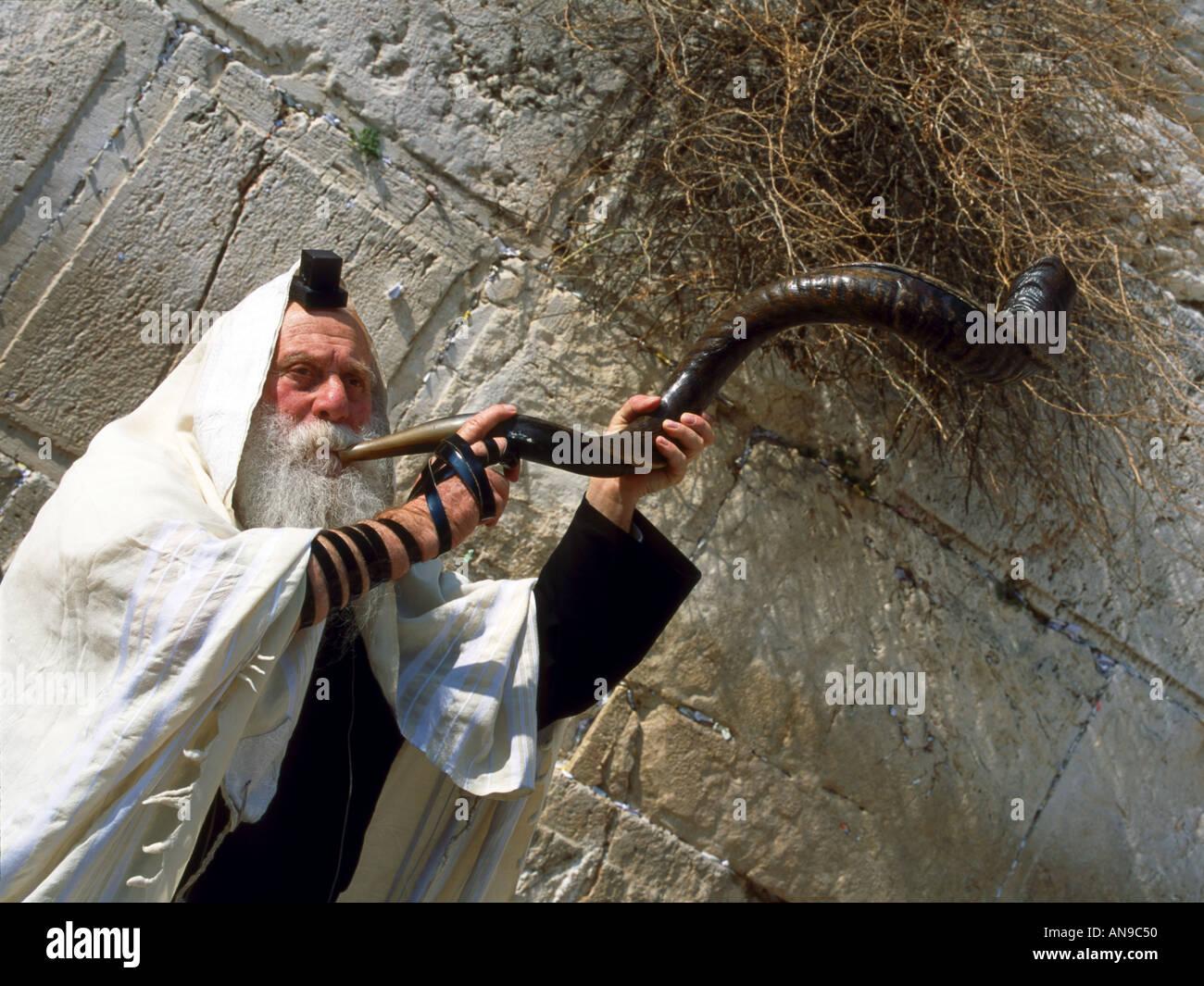 Rabbi at the Wailing Wall in Jerusalem - Stock Image