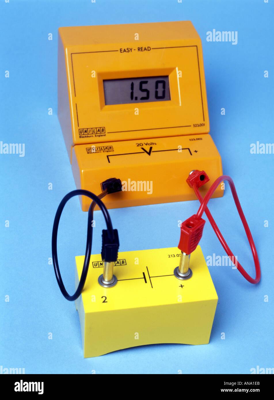 digital voltmeter across 1 5 volt cell - Stock Image