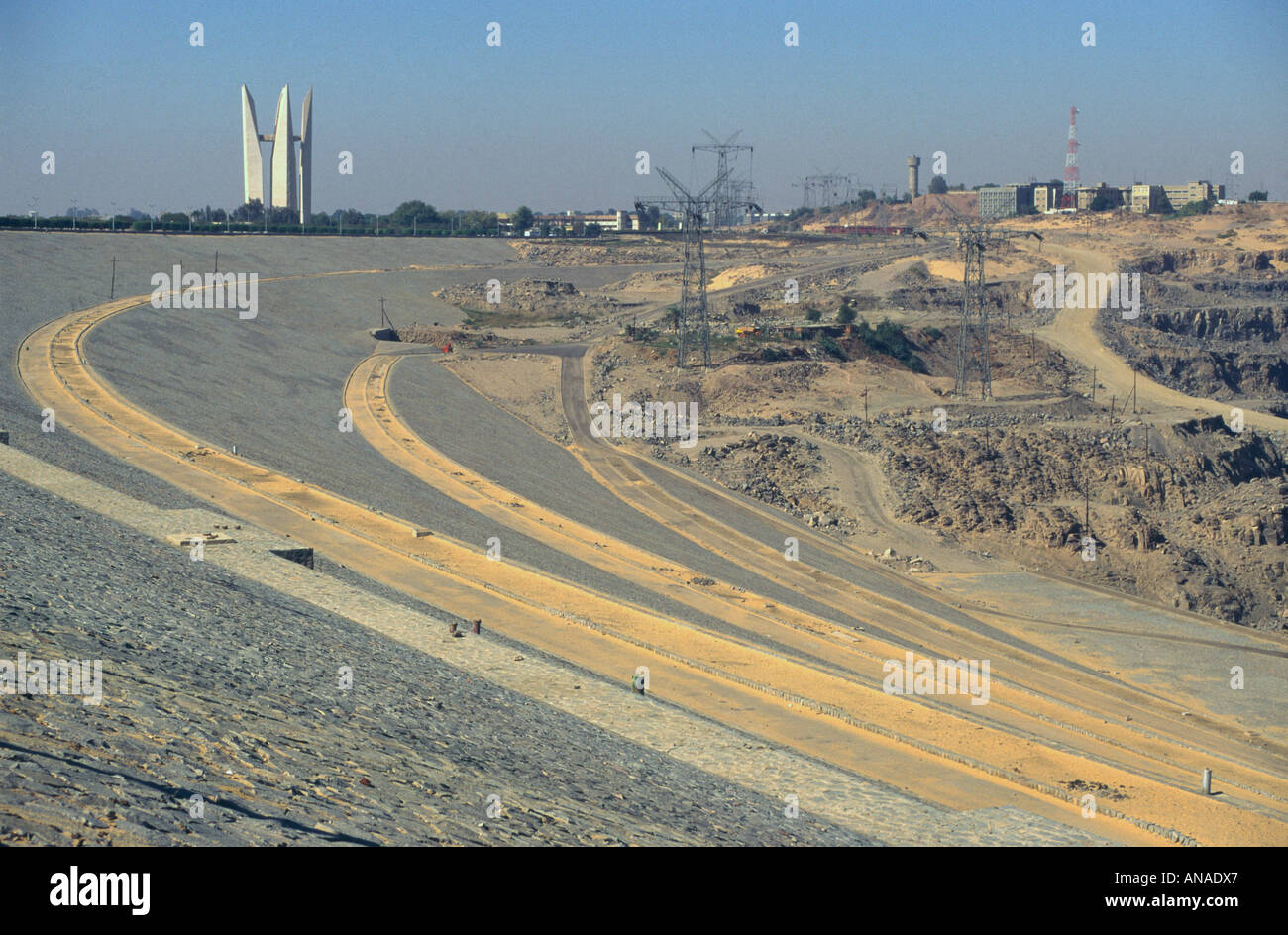 Upper Egypt Aswan The Aswan High Dam view of the dam wall with with modern monument in bkgd - Stock Image
