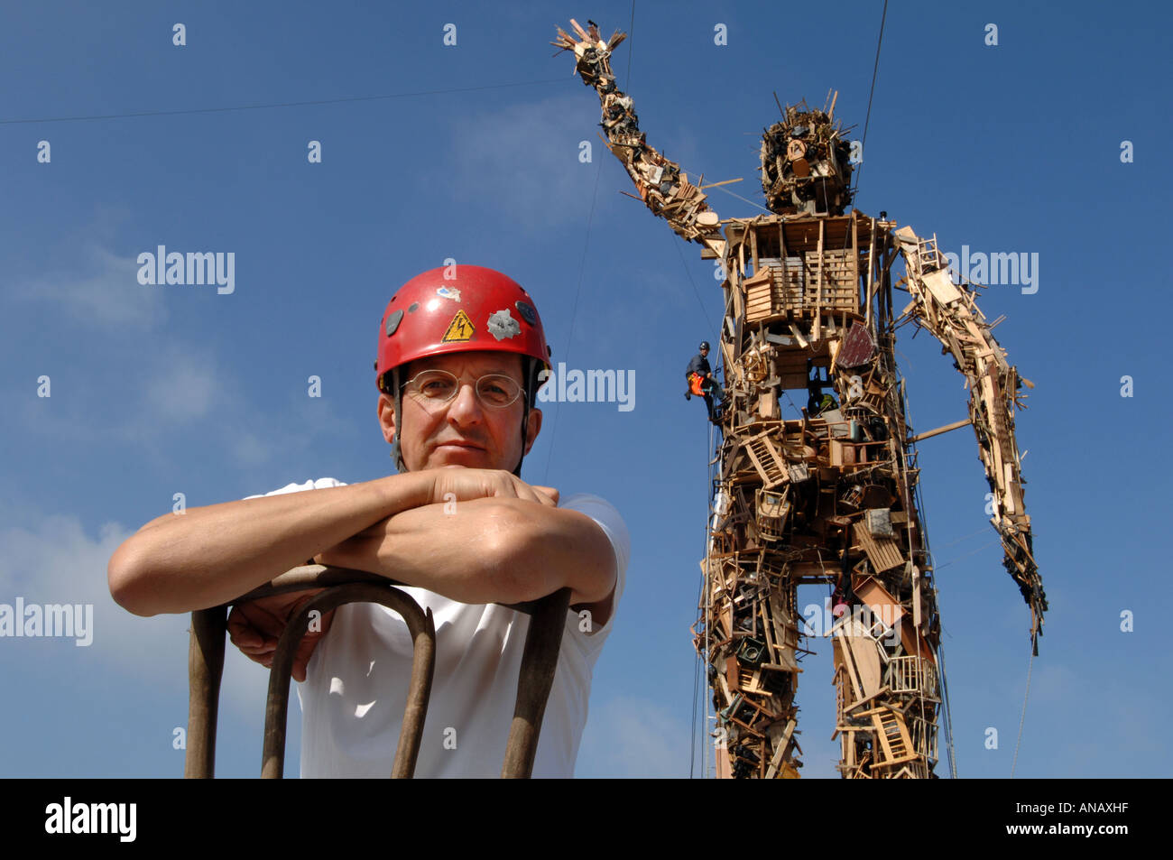 Sculptor Antony Gormley with his 75ft tall creation Wasteman made entirely of recyled rubbish. - Stock Image